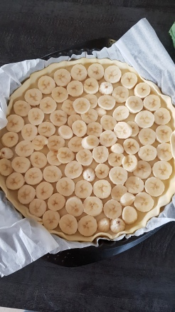 étaler les rondelles de bananes dans le fond de tarte
