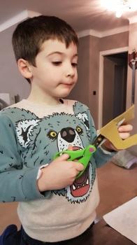 Concentration ultime pour découper les timbres sans couper les petites dents